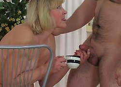 Hard-working milf enjoys her kinky coffee time